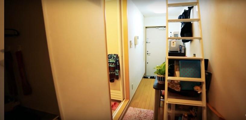 Wejście do sypialni, która znajduje się na górze /Living Big In A Tiny House /YouTube