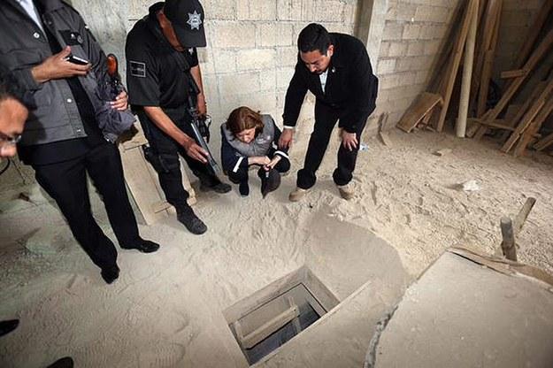 """Wejście do tunelu, którym z więzienia uciekł """"El Chapo"""" /MEXICAN PROSECUTOR OFFICE/HANDOUT /PAP/EPA"""
