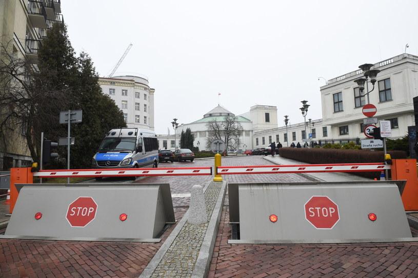 Wejście na teren Sejmu od ulicy Górnośląskiej /Radek Pietruszka /PAP