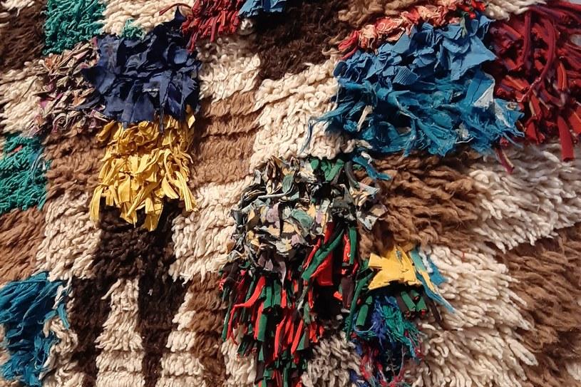 Wełna jest drogim materiałem, dlatego kobiety wykorzystywały np. pocięte t-shirty, co również wpływa na strukturę dywanów /Styl.pl