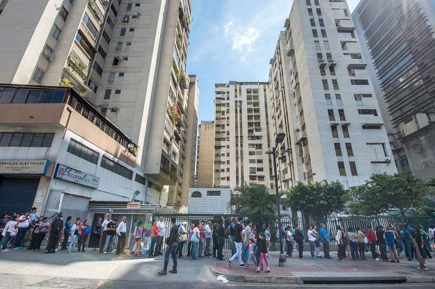 Wenezuelska gospodarka jest pogrążona w głębokiej recesji /AFP
