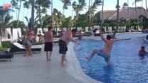 Wepchnął kolegę do basenu. Kiepsko skończył