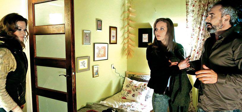 Werner (Jacek Kopczyński), będąc na rauszu, nie będzie potrafił wytłumaczyć Annie (Tamara Arciuch), co robi w pokoju z Olą (Anna Mrozowska /www.mjakmilosc.tvp.pl/