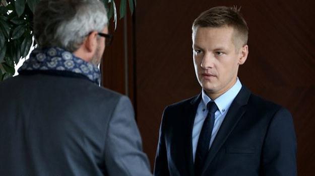 Werner ma węża w kieszeni, a do tego jest przeziębiony i wściekły. Wyżywa się na Piotrku. /www.mjakmilosc.tvp.pl/