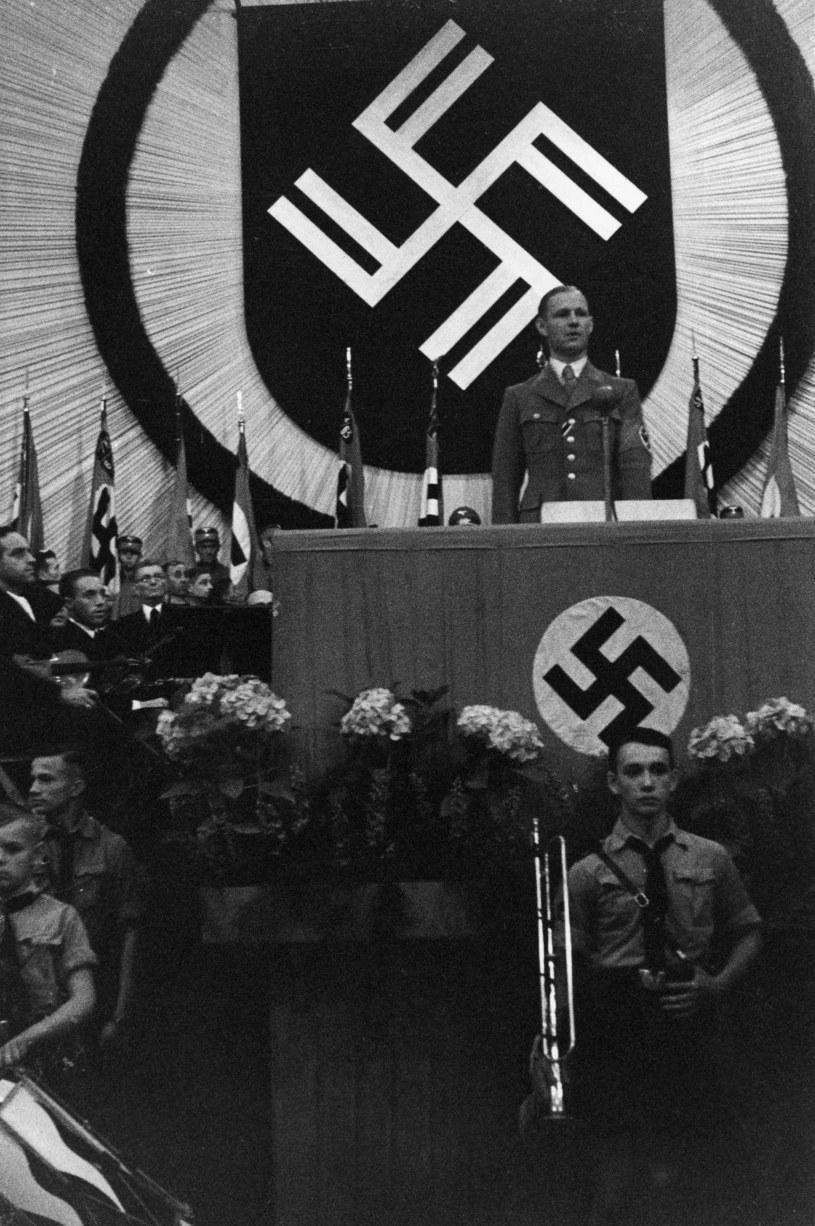 Werner Ventzki prezentuje nowy herb Litzmannstadt (2 lipca 1941 r.). Fot. © bpk Alfred Kiss /
