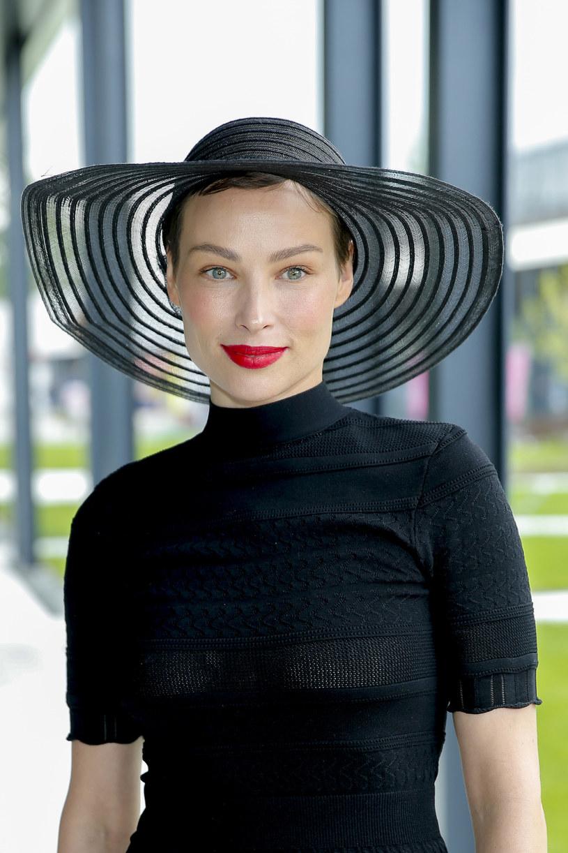 Weronika Książkiewicz w maju pokazała się publicznie, zasłaniając pod kapeluszem czarne, krótkie włosy /AKPA