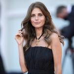 Weronika Rosati zachwyca w złotej sukni