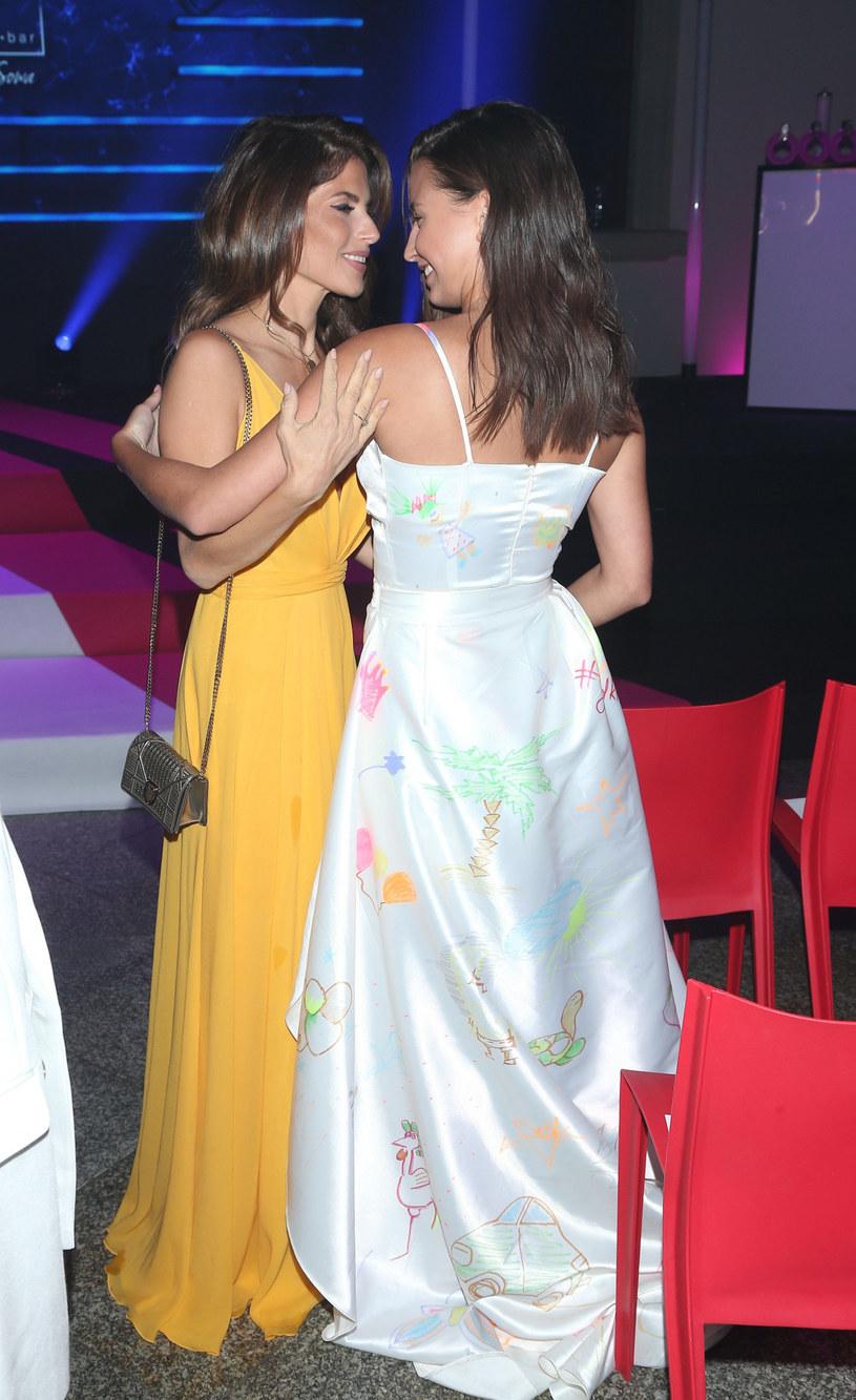 Weronika z podziwem patrzy na młodszą koleżankę. I wróży jej zagraniczną karierę /VIPHOTO /East News
