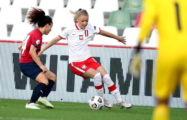 Weronika Zawistowska i Petra Vystejnova z reprezentacji Czech podczas meczu elimacyjnego piłkarskich mistrzostw Europy 202 /Łukasz Gągulski /PAP