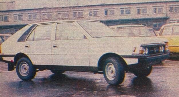 Wersja popularna POLONEZA 1500 - bez charakterystycznych, szerokich listew drzwiowych. /Motor
