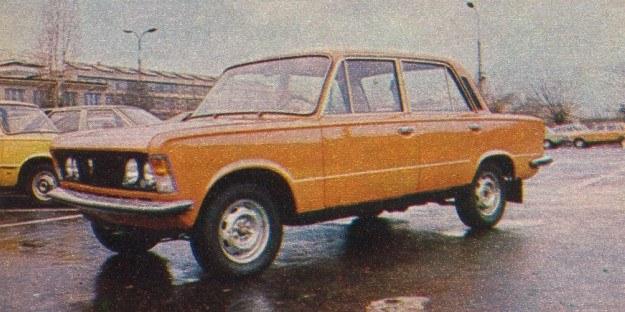 Wersja popularna POLSKIEGO FIATA 125p/1500, którą łatwo rozpoznać po braku zewnętrznych listew i czarnym pasie progowym. /Motor