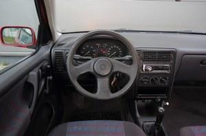 Wersja sprzed liftingu: w wyposażeniu seryjnym nie było ani airbagu' ani wspomagania kierownicy. Rzadka opcja to klimatyzacja. /Motor