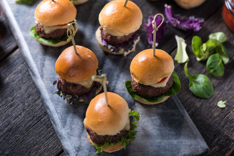 Wesele w stylu amerykańskim? Polecamy miniburgery! /123RF/PICSEL