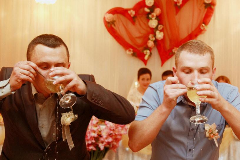 Weselny gość, któremu alkohol dodaje fantazji, może zepsuć innym zabawę /123RF/PICSEL