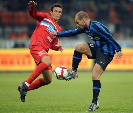 Wesley Sneijder (z prawej) zdobył dla Interu jedną z bramek. /AFP