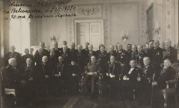 Weterani styczniowi i Józef Piłsudski w Belwederze w 70. rocznicę wybuchu powstania styczniowego 22 stycznia 1933 roku /Polona /domena publiczna