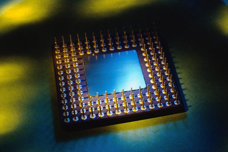 Wewnątrz opracowanego czipu następuje przemiana fal świetlnych w fale dźwiękowe /© Glowimages