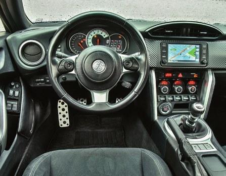 Wewnątrz pojawiła się nowa, wielofunkcyjna kierownica, producent zaproponował nowe wzory tapicerek. Zmieniono nieco charakterystykę silnika i kalibrację ESP. /Motor