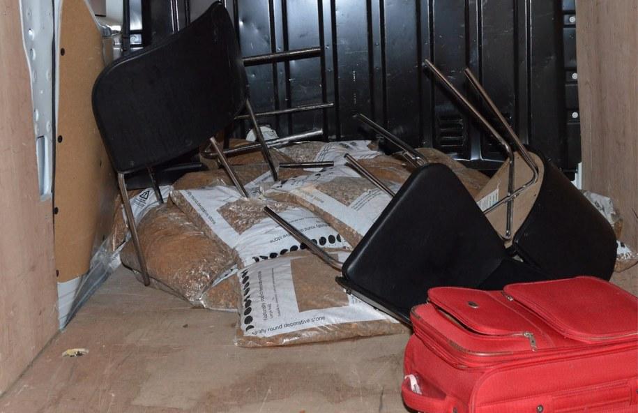Wewnątrz pojazdu znaleziono m.in. worki ze żwirem, krzesła oraz walizkę. /LONDON METROPOLITAN POLICE HANDOUT /PAP/EPA