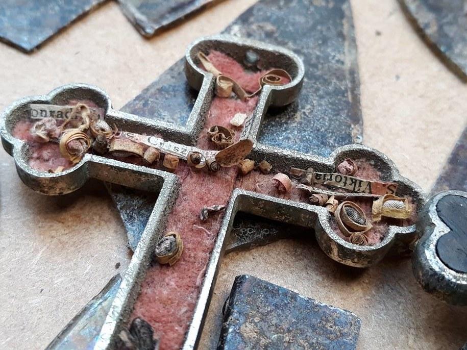 Wewnątrz relikwiarza są też karteczki z imionami świętych, których relikwie zamknięto w krzyżyku /Muzeum Historii Ziemi Kamieńskiej /Materiały prasowe