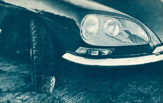 Wewnętrzne reflektory skręcają razem ze skrętem kół; zewnętrzne patrzą zawsze na wprost. Ten system oświetlenia drogi podwyższa znacznie bezpieczeństwo jazdy nocą. /Citroen