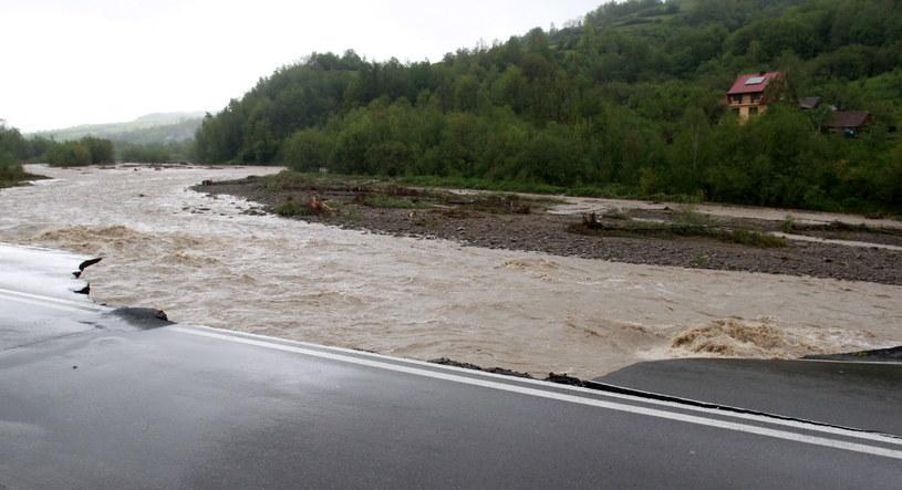 Wezbrane wody rzeki Kamienicy podmyły most i uszkodziły drogę /Grzegorz Momot /PAP