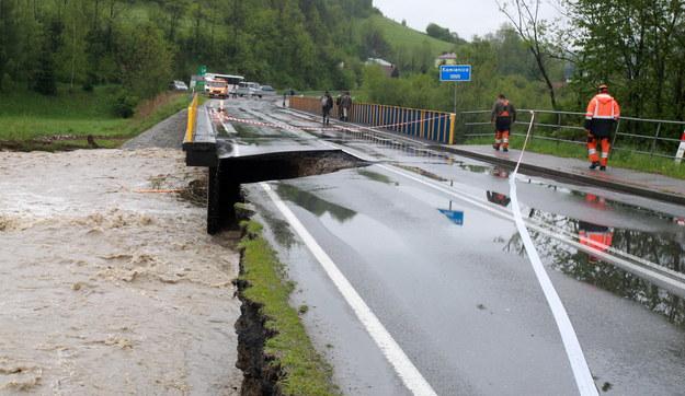 Wezbrane wody rzeki Kamienicy podmyły most i uszkodziły drogę wojewódzką nr 968 /Grzegorz Momot /PAP