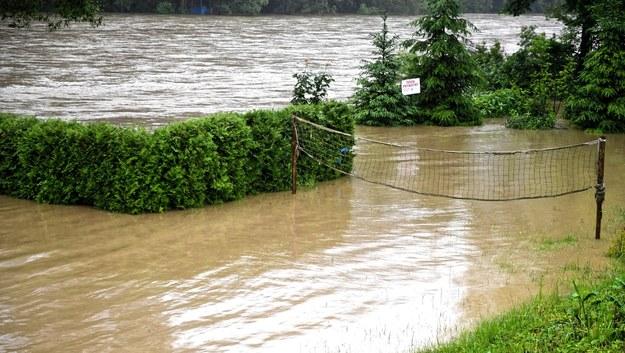 Wezbrane wody Sanu w Lesku /Darek Delamnowicz /PAP