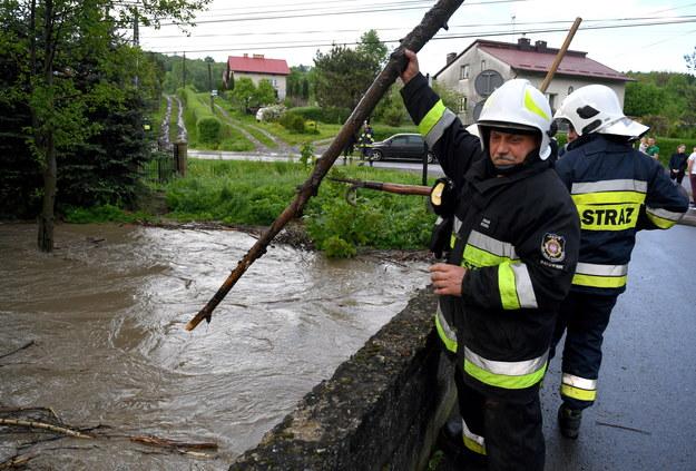 Wezbrany potok po intensywnych opadach deszczu w Chmielniku. /Darek Delmanowicz /PAP