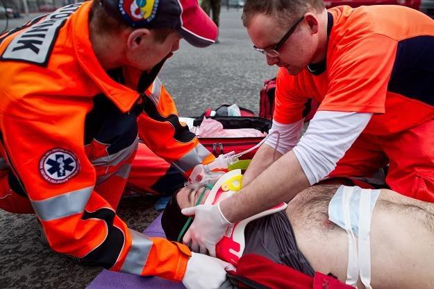 Wezwać pomoc to za mało. Pierwsze chwile po wypadku są często decydujące / Fot: Andrzej Stawiński /Reporter
