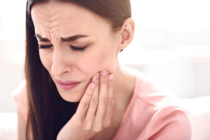Wezwij pogotowie, zwłaszcza jeśli: ból żuchwy promieniuje w lewo lub w lewo i w prawo albo w dół do szyi /123RF/PICSEL