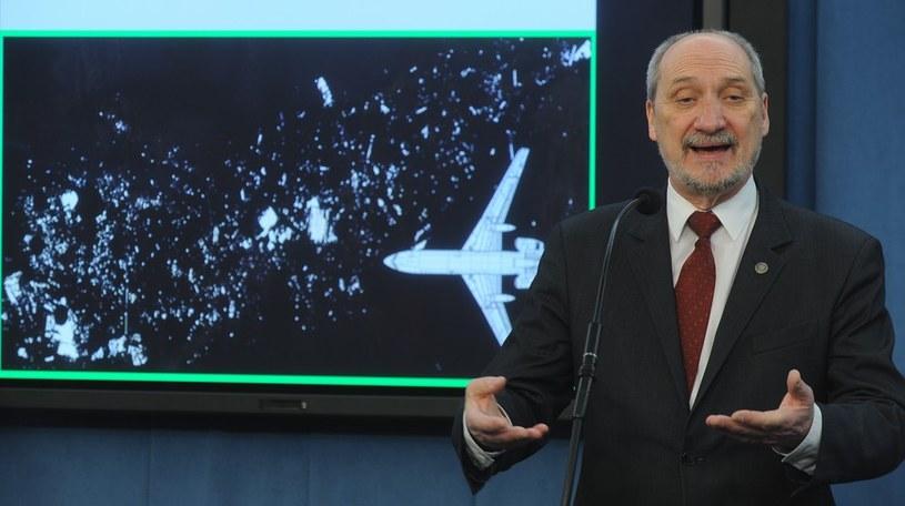 """Wg """"raportu archeologów"""" Tu-154 rozpadł się na 20 tys. elementów /Witold Rozbicki /Reporter"""