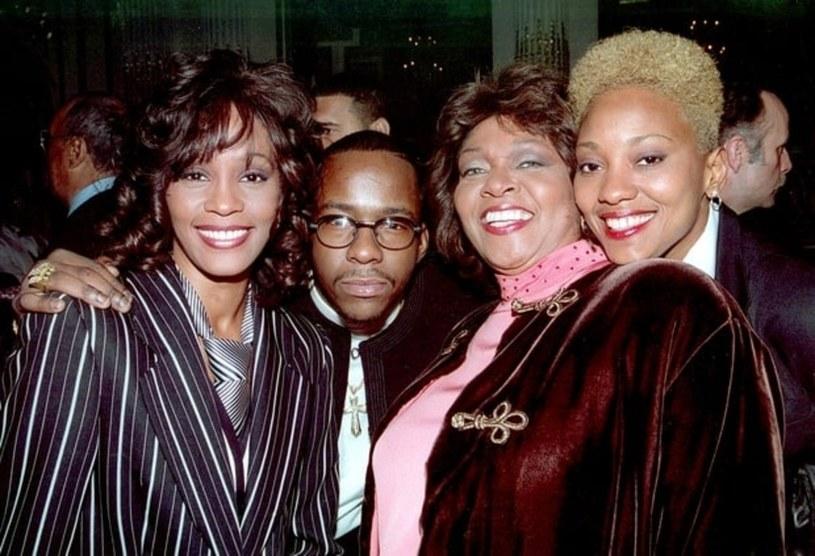 Whitney Houston, Bobby Brown i Robyn Crawford (pierwsza od prawej) /RTNBaker / MediaPunch/IPX /East News