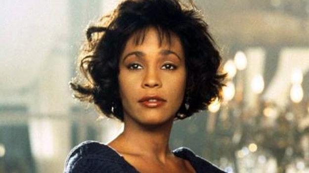 """Whitney Houston w scenie ze swojego najsłynniejszego filmu - """"Bodyguard"""" /materiały prasowe"""