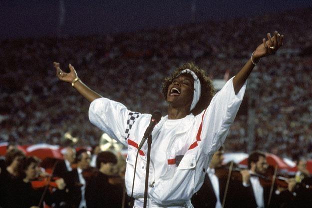 Whitney Houston wykonująca hymn podczas Super Bowl w 1991 roku fot. George Rose /Getty Images/Flash Press Media