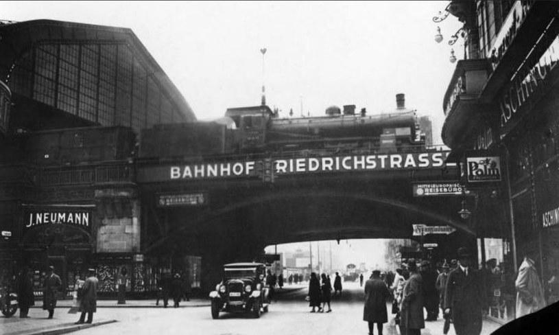 Wiadukt prowadzący na dworzec kolejowy Berlin Friedrichstraße /domena publiczna