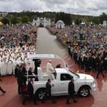 """""""Wiara nie zgasła"""". Franciszek kończy podróż śladami św. Jana Pawła II"""