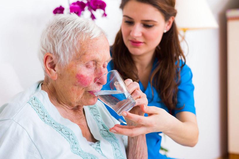 Wiara, że im więcej wody pijemy, tym lepiej, może się odbić na naszym zdrowiu