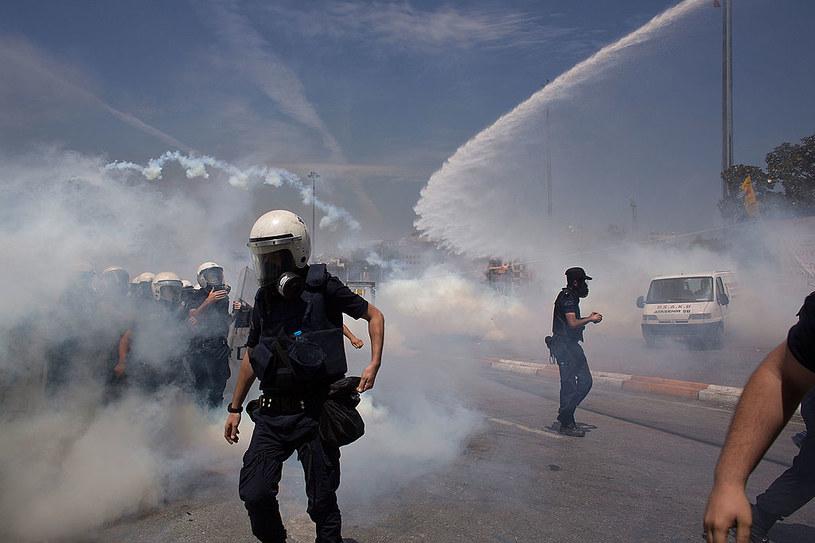 Wiatr nie jest sprzymierzeńcem tych, którzy używają gazu łzawiącego jako swojego oręża /Getty Images