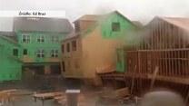 Wiatr powalił drewniany budynek. Niesamowite wideo!