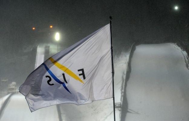 Wiatr przeszkadza skoczkom /AFP