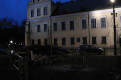 Wiatr przewrocił choinkę pod Oknem Papieskim w Krakowie