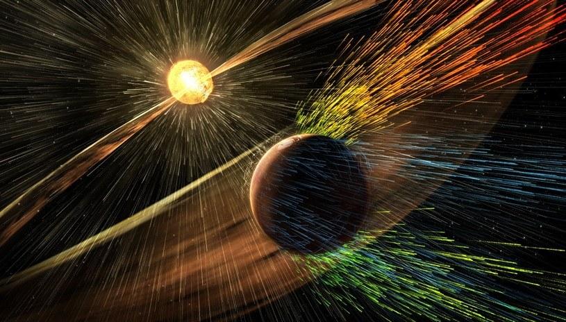 """Wiatr słoneczny """"bombardujący"""" atmosferę Marsa /NASA"""