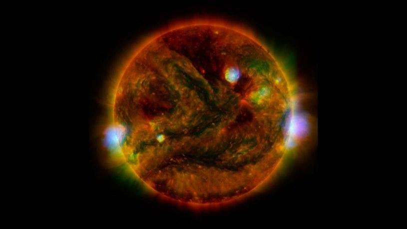 """Wiatr słoneczny nie jest stały i występuje w strefach zwanych """"plamami"""" /NASA"""