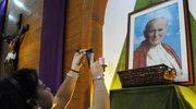 Wiązanki kwiatów przy grobie Jana Pawła II