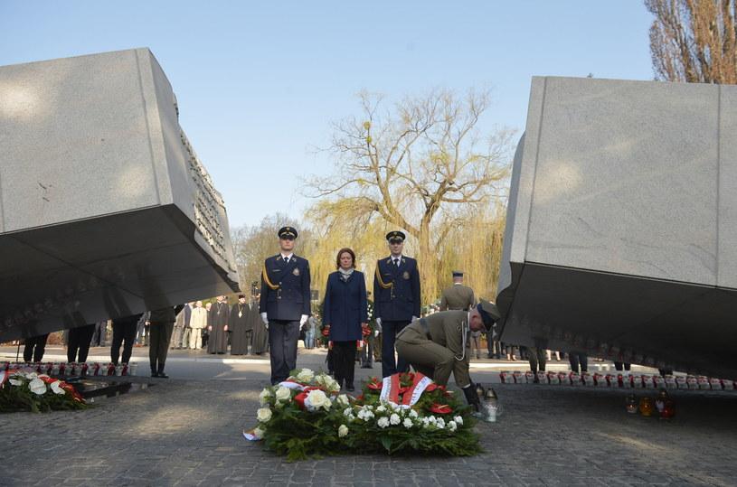 Wicemarszałek Sejmu Małgorzata Kidawa-Błońska podczas uroczystości przed pomnikiem Ofiar Katastrofy Smoleńskiej na Cmentarzu Wojskowym na Powązkach /PAP