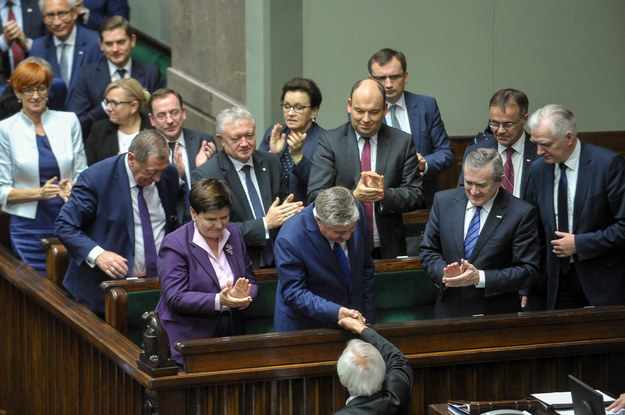 Wicemarszałek Sejmu Ryszard Terlecki (C) gratuluje ministrowi rolnictwa Krzysztofowi Jurgielowi /Marcin Obara /PAP