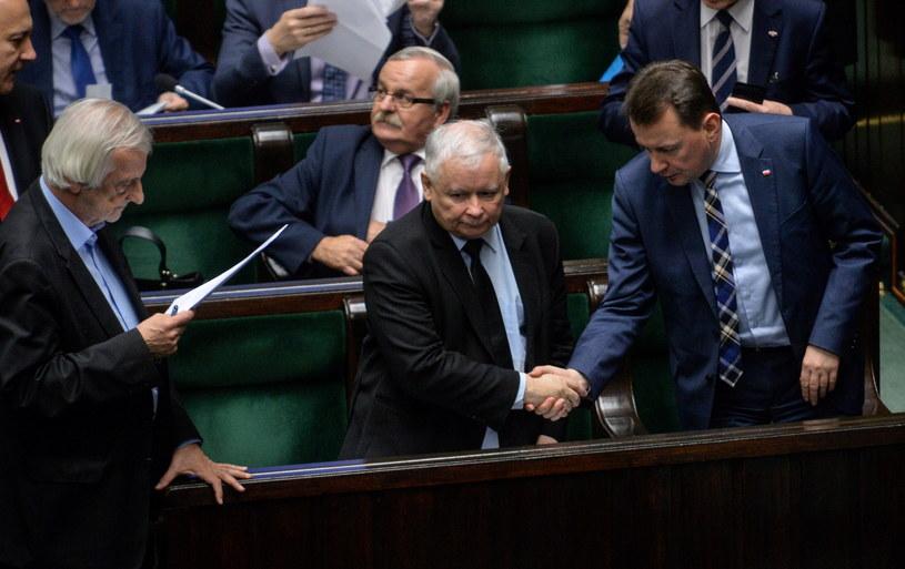 Wicemarszałek Sejmu Ryszard Terlecki (L), prezes PiS Jarosław Kaczyński (2P), minister spraw wewnętrznych i administracji Mariusz Błaszczak (P) i poseł poseł Leonard Krasulski (2L) podczas dzisiejszego posiedzenia Sejmu /Marcin Obara /PAP