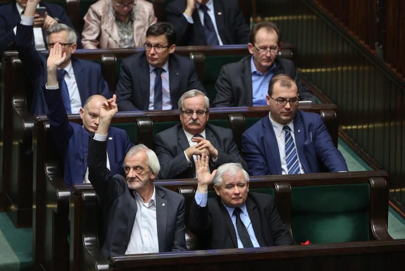 Wicemarszałek Sejmu z ramienia PiS Ryszard Terlecki (L) i prezes PiS Jarosław Kaczyński (P), podczas posiedzenia Sejmu 30 grudnia /Rafał Guz /PAP