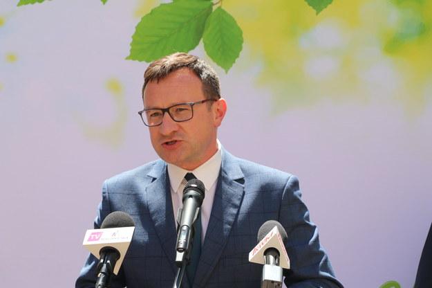 Wicemarszałek województwa Tomasz Urynowicz podczas konferencji prasowej /Jacek Skóra /RMF FM